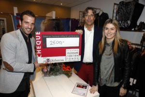 Beverwijk 24 december 2016 Estavana Polman en Rafael v d Vaart overhandigen Charles Ruijgrok een cheque van 2500 euro voor het zeldzame ziekten fonds . Event vond plaats in de winkel van de moeder van rafael Lolita .